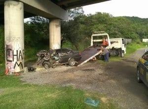 Parte frontal do veículo foi destruída na colisão (Belmiro Avancini)