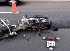 Motocicleta ficou destruída com impacto