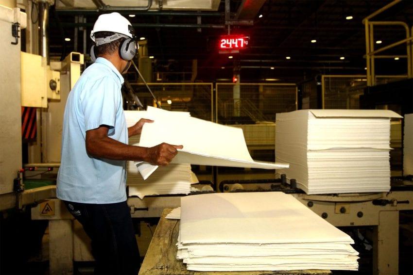 Trabalho em indústria de celulose - foto de Amanda Oliveira/GOVBA