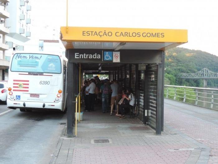 Cenas como de empurra-empurra comuns nas estações de pré-embarque (Jaime Batista)