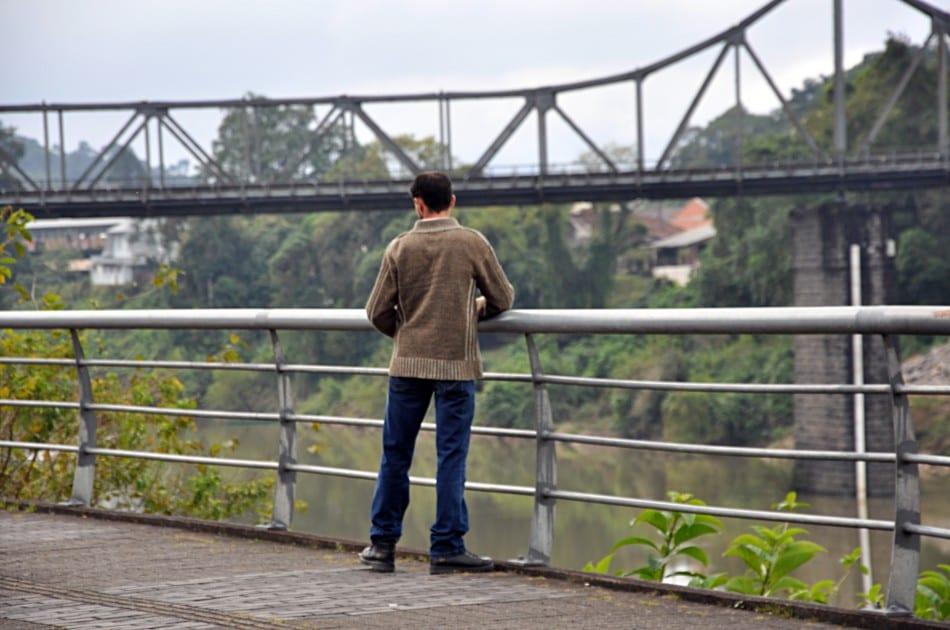 Homem observa Rio Itajaí-Açu em Blumenau - foto de Eraldo Schnaider