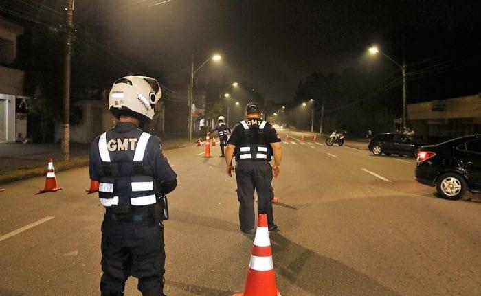 Agentes de trânsito durante operação - foto de Jefferson Santos/Notícias Vale do Itajaí