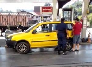 Guardas de trânsito abasteceram carros particulares