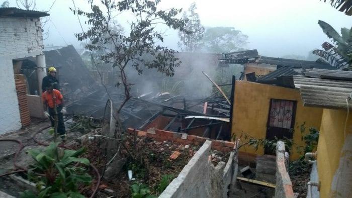Residência incendiada nesta terça-feira (8)