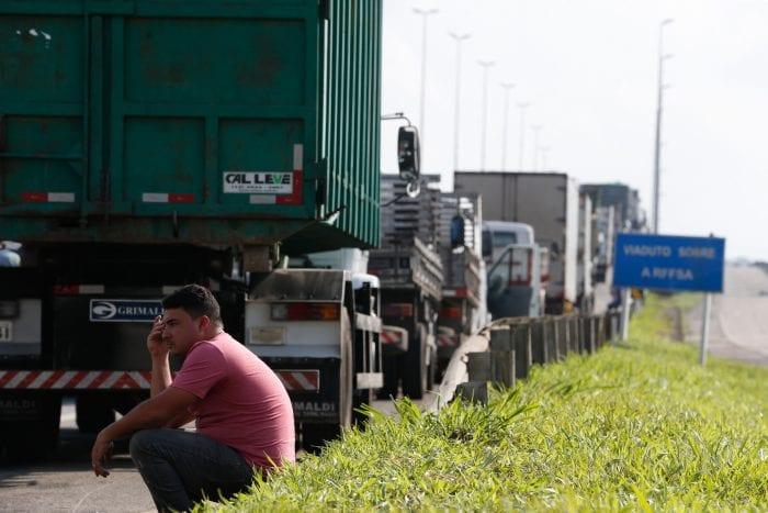 Paralisação dos caminhoneiros na Rodovia Presidente Dutra, no Rio de Janeiro (Tânia Rêgo - Agência Brasil)
