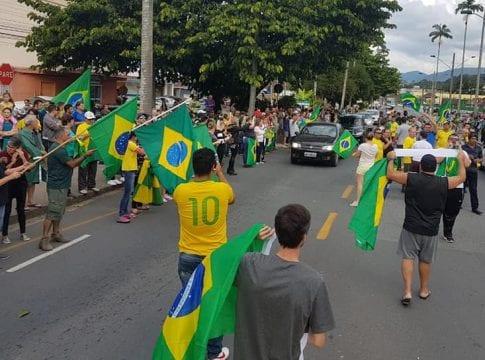 Manifestantes em protesto em frente ao 23º Batalhão de Infantaria (Leonardo Alegri)