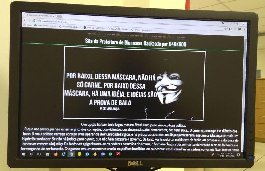 Mensagem deixada pelo hacker no site de Prefeitura de Blumenau (Gabriel Souza)