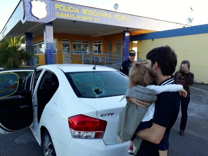 Veículo apedrejado por manifestantes na BR-101 em Imbituba (PRF)