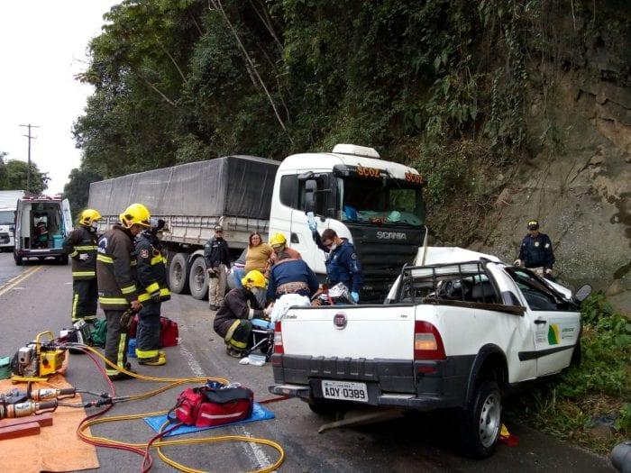 Veículo ficou com a parte frontal destruída ao colidir com caminhão (Corpo de Bombeiros)