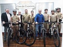 Casa do Comércio, CDL Blumenau e Sindilojas doam seis bicicletas à Polícia Militar