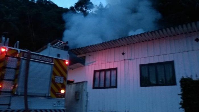 Combate ao incêndio na residência do Garcia (Belmiro Avancini - Menina FM)