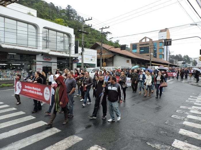 Servidores públicos municipais em passeata (Sintraseb)