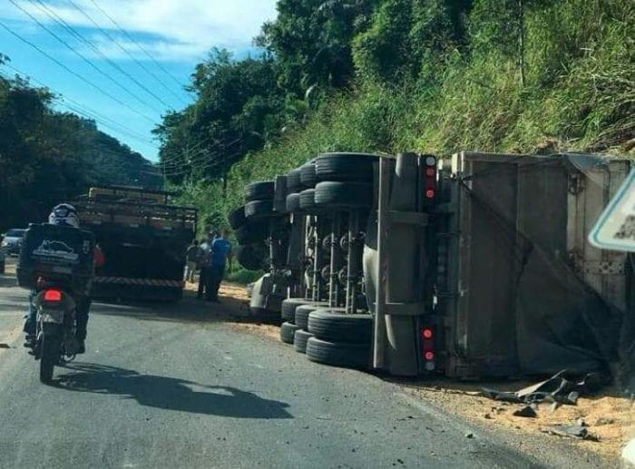 Motorista foi soterrado pela carga de soja que transportava