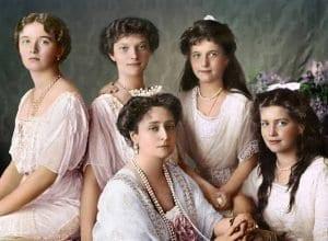 As filhas do Czar Nicolau II e sua esposa Czarina Alexandra: Olga, Maria, Alexandra, Anastásia e Tatiana. Retratados no Palácio de Livadia.
