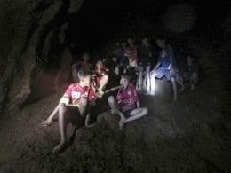 Jovens dentro da caverna Tham Luang