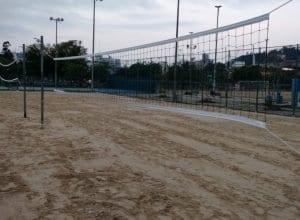 Reforma incluiu nivelamento da areia, instalação de redes novas e recolocação das hastes
