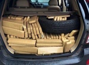 Centenas de tabletes de maconha estavam em um carro e dentro de uma residência (PRF/SC)