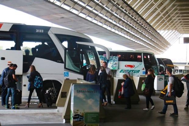 Transporte de passageiros em terminal rodoviário - foto de Julio Cavalheiro