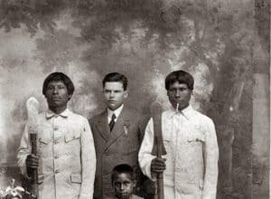Eduardo de Lima e Silva Hoerhan e os botocudos, como eram conhecidos os xoclengues (Acervo do Museu Eduardo de Lima e Silva Hoerhan)