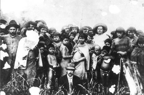 Indígenas e o pacificador Eduardo Lima e Silva Hoerthann, à direita de chapéu (Museu Eduardo de Lima e Silva Hoerhann)