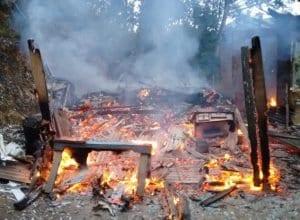 Residência foi completamente queimada (Cristiano Silva/Menina FM)