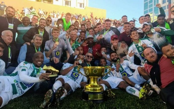 Equipe do Metropolitano comemora título inédito em Itajaí (Bruno Vicentainer)