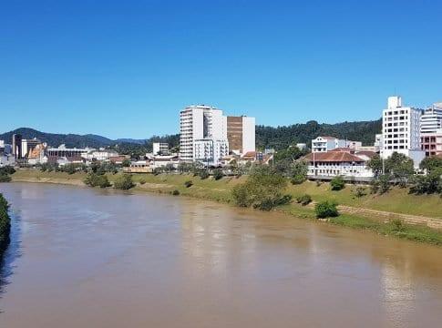 Paisagem do Rio Itajaí-Açu, em Blumenau (Farol Blumenau)
