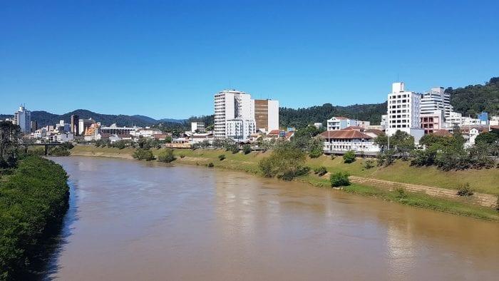 Paisagem do Rio Itajaí-Açu, em Blumenau - foto de Filipe Rosenbrock / Farol Blumenau