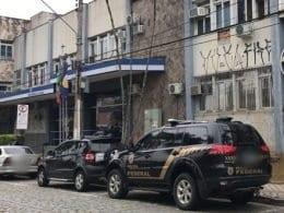 Polícia Federal em frente ao INSS em Blumenau (PF/Assessoria)