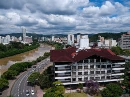 Vista aérea da Prefeitura de Blumenau - foto de Michele Lamin