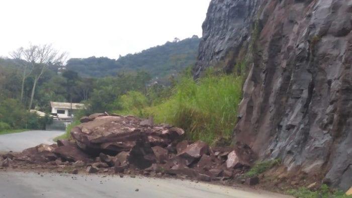 Rua Walter Berner tem obstrução por queda de pedra na via
