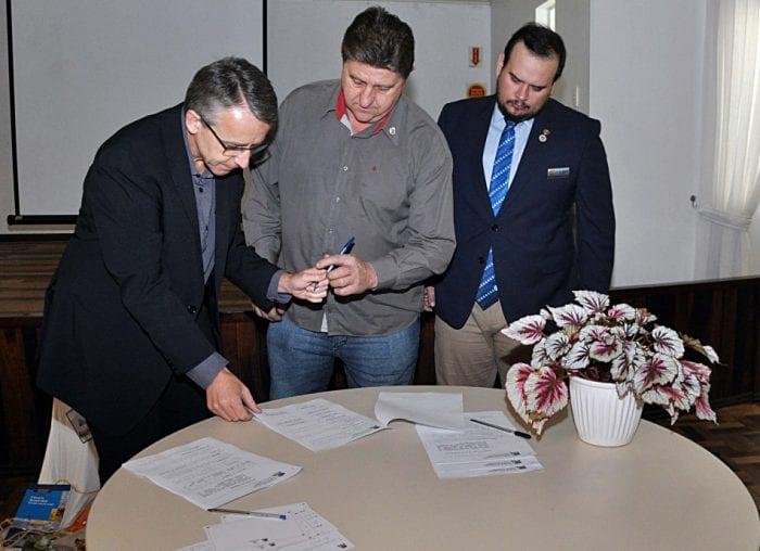 Prefeito Mário Hildebrandt assina o Decreto nº. 11.869 que exige as vacinas em dia para a matrícula rede de ensino (Eraldo Schnaider - PMB)