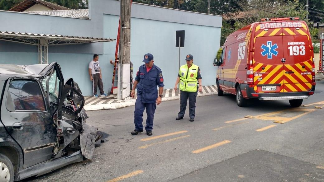 Carro colide em poste na Rua Jorge Lacerda (CBM)