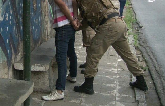 Homem foi capturado em frente a Escola Machado de Assis (PMSC)
