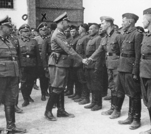 AKTION REINHARDT - Palij serviu como guarda armado no campo de concentração de Trawniki na Polônia ocupada pelos alemães. Na foto, Heinrich Himmler cumprimenta os novos recrutas do guarda no campo de Trawniki em 1942.