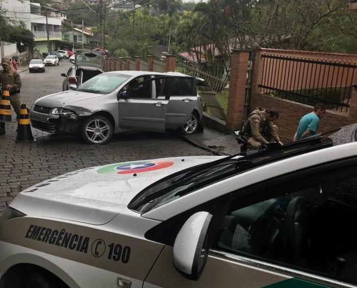 Veículo danificado em tentativa de fuga (Polícia Militar)