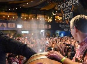 A cerimônia de abertura da 35ª Oktoberfest iniciou às 22h, no Eisenbahn Biergarten.