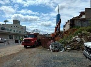 Trabalhos de terraplanagem e drenagem estão acontecendo após a Rua Itapiranga