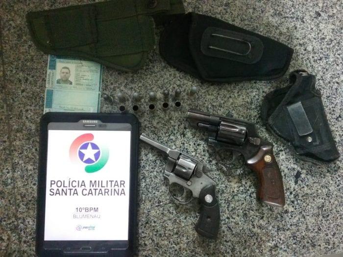 Armas recolhidas pela Polícia Militar (PM) na Rua Werner Duwe (10BPM)