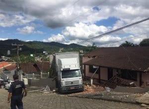 Caminhão invade terreno de residência no bairro Itoupava Central (GM Figueiredo)