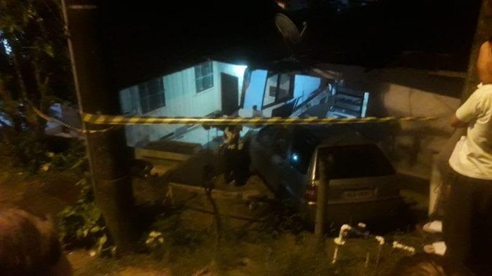 Veículo invade residência no bairro Garcia (Wellington Civiero Ferreira - NW Blumenau)