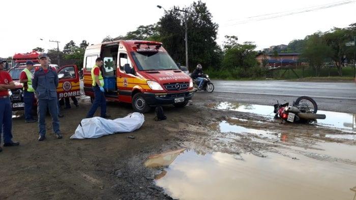Motociclista morre após colidir com caminhão na Itoupava Central (CBM-SC)