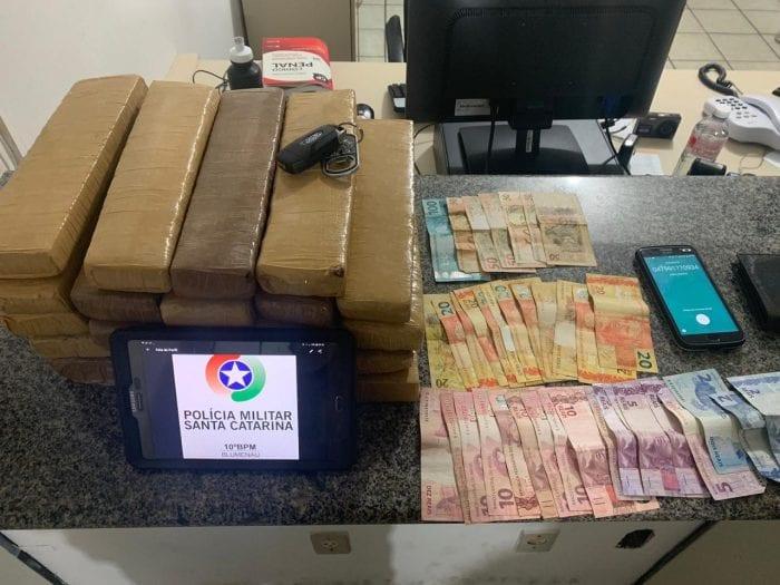 Maconha, dinheiro, um celular e um carro foram apreendidos (PMSC)