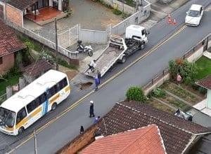 Ônibus da Apae caiu no buraco e precisou de um guincho para ser retirado