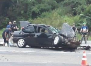 Veículo Corsa foi parcialmente destruído na colisão (Leitor/Especial)