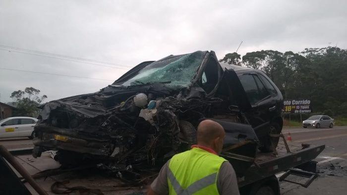 Veículo Gol foi parcialmente destruído na colisão (Belmiro Avancini)