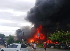Ferro velho em chamas na BR-470 em Blumenau (CBMSC)