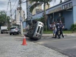 Veículo capota em frente ao Parque Ramiro Ruediger (Roseli - leitora)