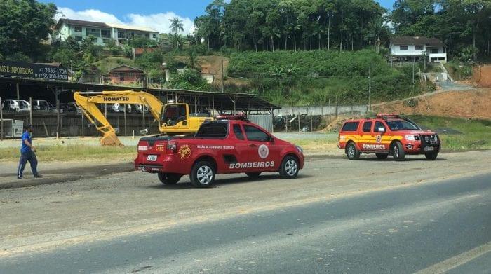 Equipes trabalham para evacuar área onde tubulação de gás foi rompida (Especial/Farol Blumenau)