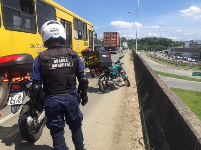 Motocicleta do ladrão ficou estacionada no Viaduto da Mafisa (GMT)